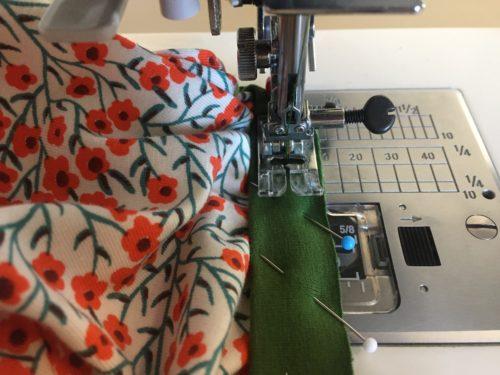Halsbies aan het shirt naaien