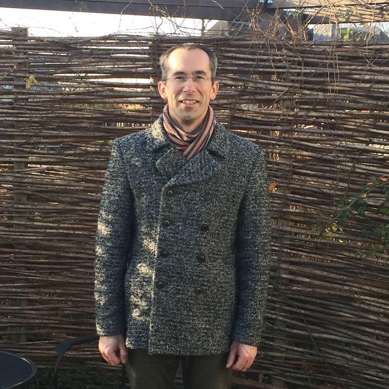 Mijn man in zijn door mij gemaakte jas (patroon Vogue 8940).